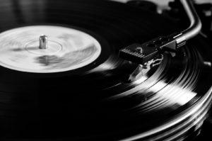 Chris draait vinyl tijdens de vrijmibo @ De Gouwe | Oegstgeest | Zuid-Holland | Nederland